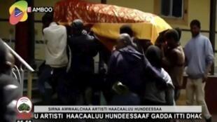 Le cercueil du chanteur Hachalu Hundessa lors de ses funérailles à Ambo le 2 juillet 2020.