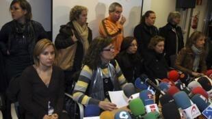 Les femmes et familles des membres de l'équipage lors d'une conférence de presse à Bermeo, au Pays Basque, le 6 novembre 2009.