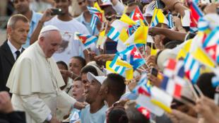 El papa Francisco saluda a la gente en la Plaza de la Revolución, este 20 de septiembre en La Habana.