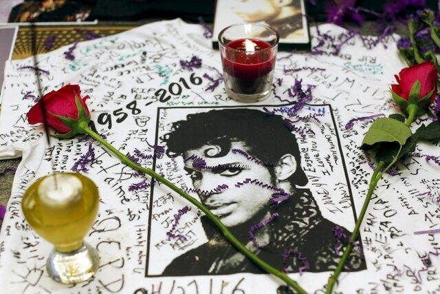 Admiradores homenageiam Prince com velas e rosas em Manhattan, em Nova York.