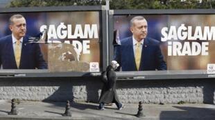 Affiches déchirées du Premier ministre turc, Tayyip Erdogan, à Istanbul, le 13 janvier 2014.