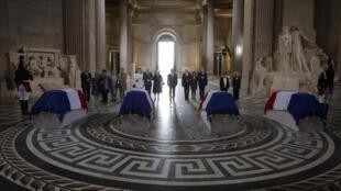 Los féretros de los cuatro resistentes en el interior del Panteón, en presencia de sus familias y del presidente Hollande, París 27 de mayo de 2015.