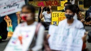 De jeunes Indiens ont fait un sit-in devant le ministère de l'Environnement à New Delhi le 25 septembre 2020.