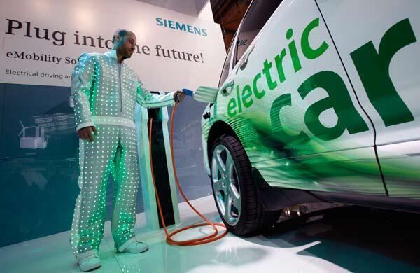 Un véhicule électrique Siemens au Salon de l'Automobile de Hanovre, le 18 avril 2010.