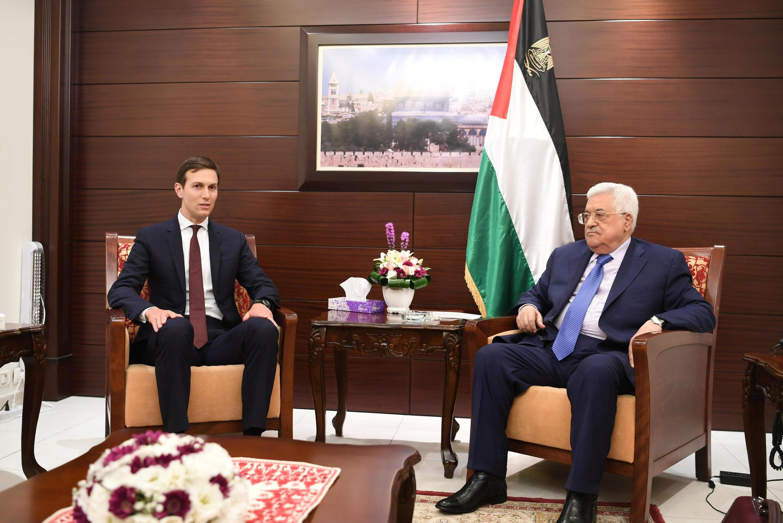 លោក Jared Kushner (រូបឆ្វេង) និងប្រធានរដ្ឋអំណាចប៉ាឡេស្ទិនលោក Mahmoud Abbas