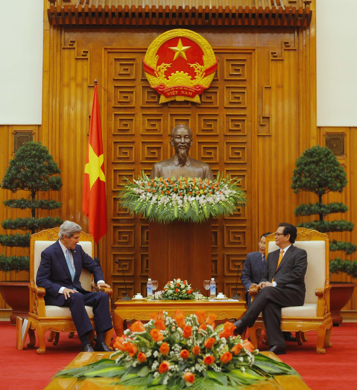 Cuộc hội kiến giữa Ngoại trưởng Mỹ John Kerry (T) với Thủ tướng Việt Nam Nguyễn Tấn Dũng tại Hà Nội ngày 16/12/2012