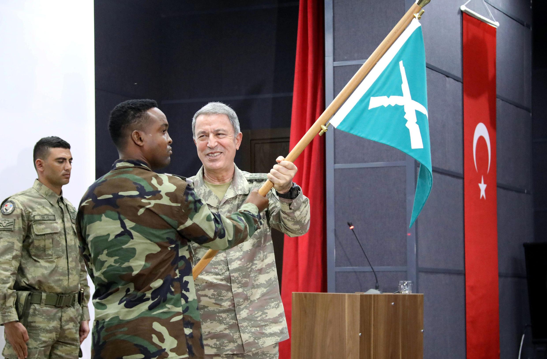Le général Hulusi Akar, chef d'état-major des forces armées turques, et un soldat somalien, lors de l'inauguration de la base militaire turque basée à Mogadiscio.
