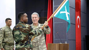 Le général Hulusi Akar, chef d'état-major des forces armées turques, et un soldat somalien, lors de l'inauguration de la base militaire turque basée à Mogadiscio, le 30 septembre 2017.