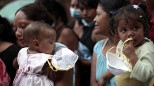 Watu mbalimbali wakiwa wamejitokeza katika maziko ya wafungwa waliofariki katika moto uliowaka gereza la Comayagua nchini Honduras