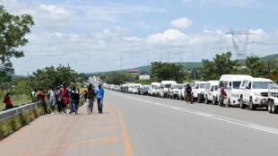 Longa fila na fronteira de Ressano Garcia, a principal entre Moçambique e a África do Sul