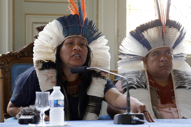 Valdelice Veron (esquerda), porta-voz dos Guarani-Kaoiwá, e Natanael Vilharva-Caceres, durante coletiva de imprensa em Paris.