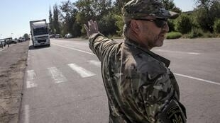 un activiste empêche le passage d'un camion en Crimée, le 20 septembre 2015.