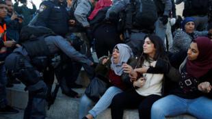 Des policiers israéliens et des femmes palestiniennes à la porte de Damas, à Jérusalem, le 8 décembre dernier.