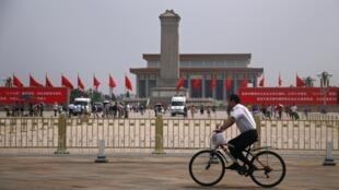 Retrato de Mao Tsé-Tung na Praça da Paz Celestial, em Pequim, foi alvo de ataque.