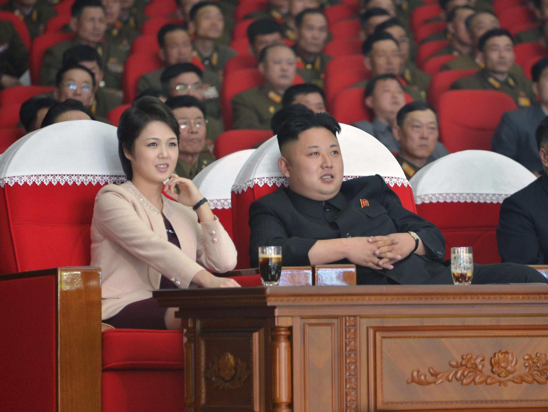 Le leader nord-coréen Kim Jong-un, en compagnie de sa femme, le 25 avril 2014.