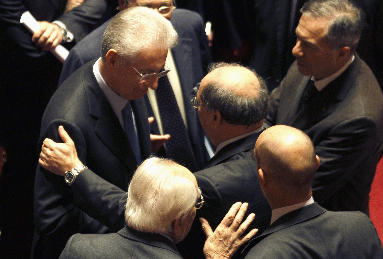 A entrada de Mario Monti (e) no Senado italiano foi aplaudida nesta sexta-feira.