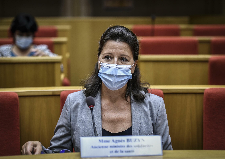 La exministra de Salud francesa  Agnès Buzyn, con una máscara facial protectora, asiste a una audiencia ante la comisión de investigación del Senado sobre el brote de Covid-19, el 23 de septiembre de 2020 en París