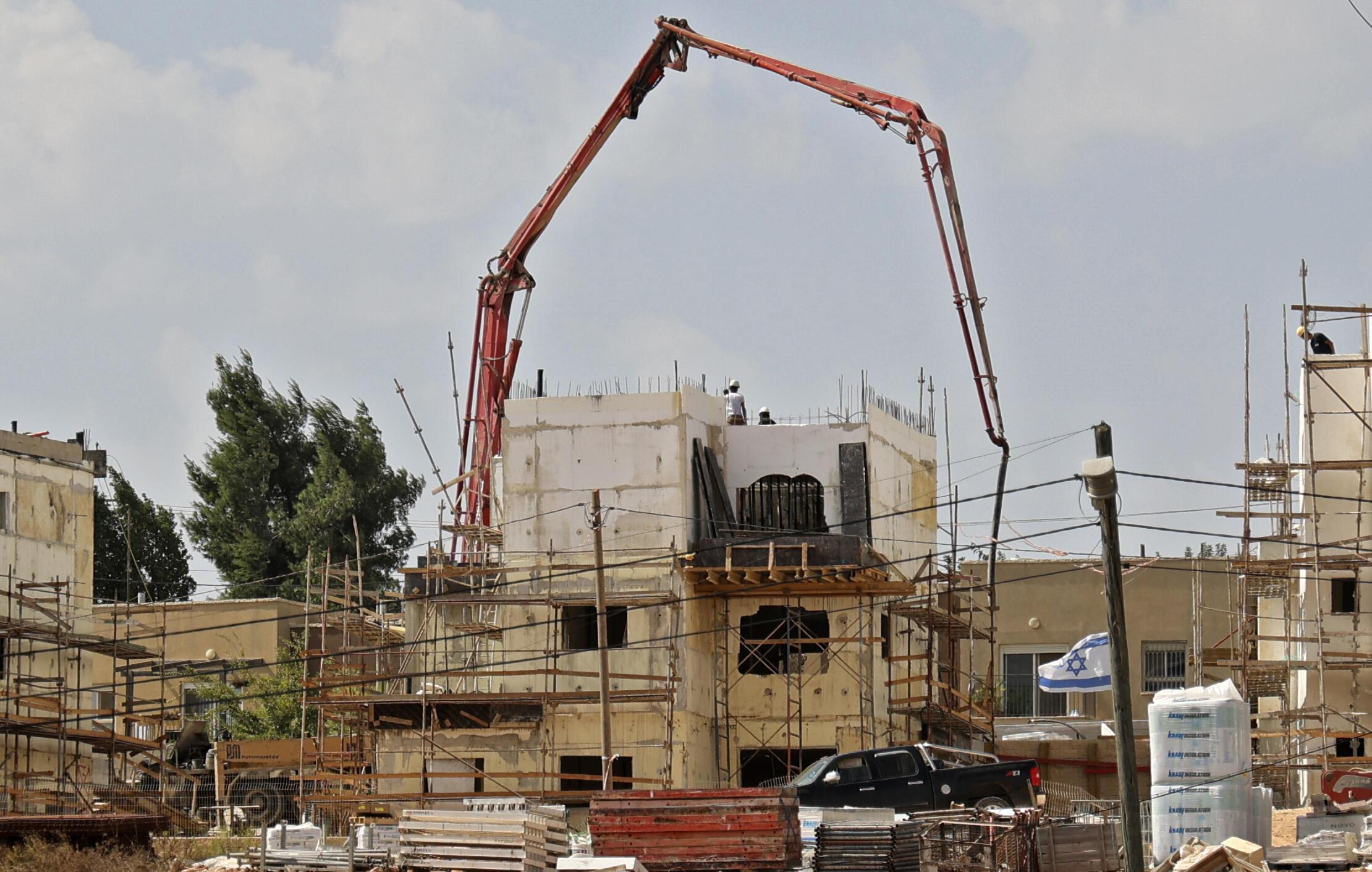 Imagen de la construcción de un inmueble en el asentamiento israelí de Rahalim, cerca del pueblo de Yatma, tomada el 13 de octubre de 2021 al sur de la ciudad cisjordana de Naplusa