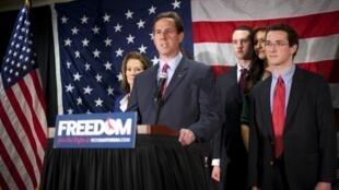 O católico Rick Santorum anuncia que deixa campanha pela indicação republicana.