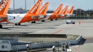 Самолеты британского лоукостера EasyJet в аэропорту Амстердама 2 апреля 2020.