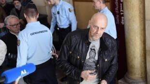 Алена Сораля (на переднем плане) ранее неоднократно судили за его высказывания. На фото: эссеист в парижском суде в марте 2015 г.