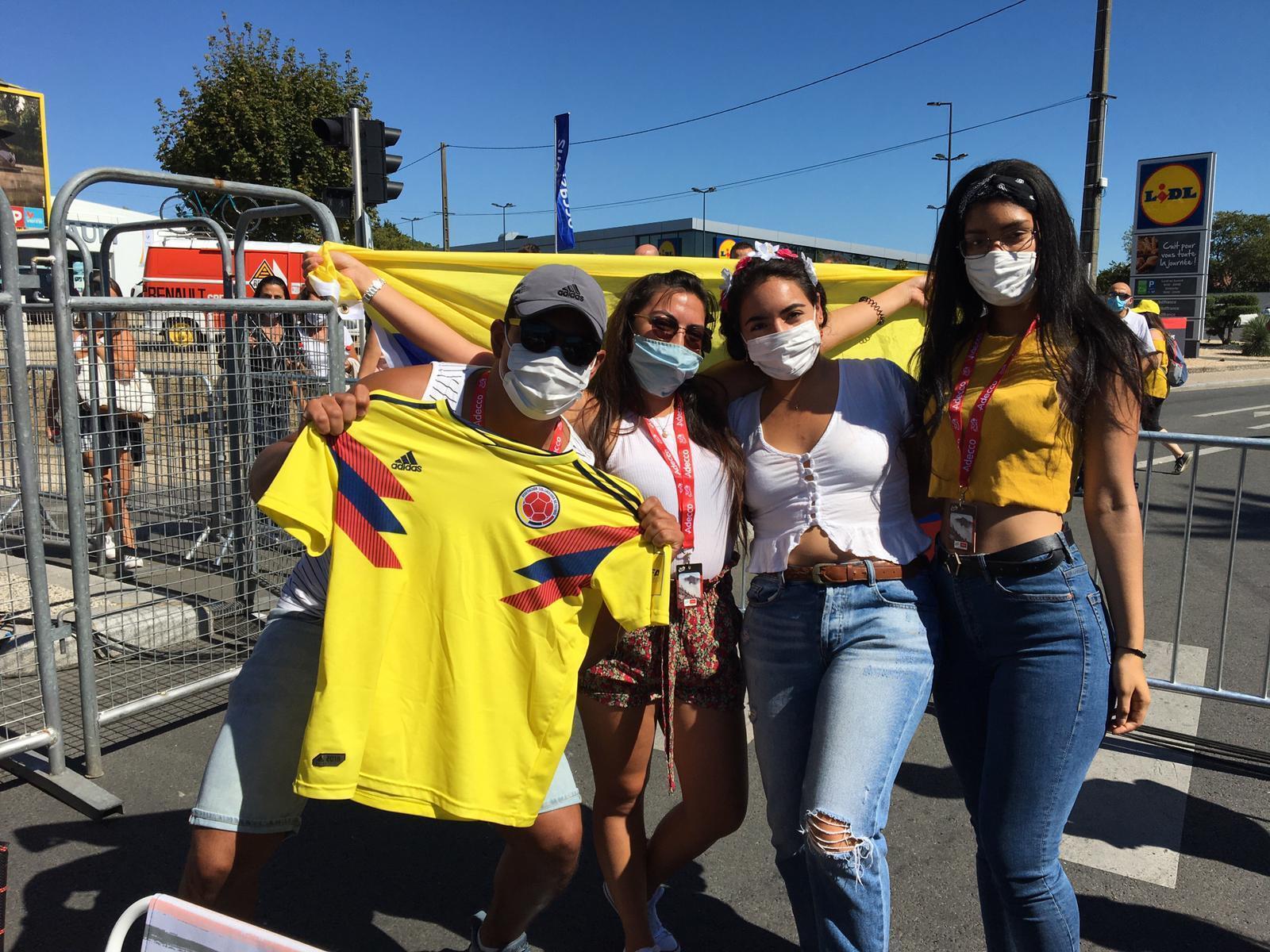 Colombianos en la llega de la etapa 11 en Poitiers.