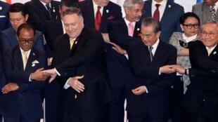 2019年8月2日,曼谷東盟外長及系列相關會議期間,美國國務卿蓬佩奧、中國外長王毅與其他與會者聯手合影。