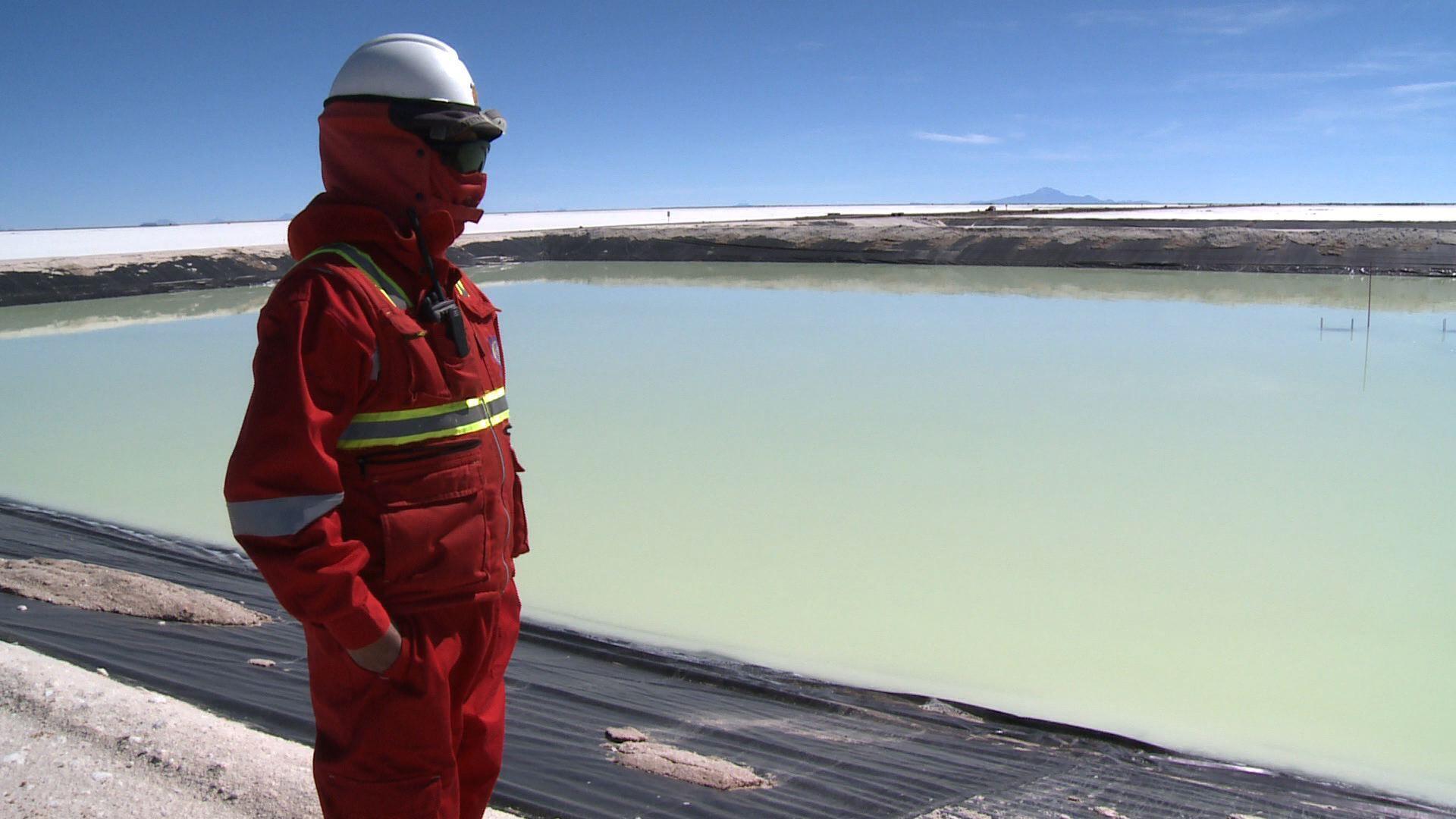 A près de 4 000 mètres d'altitude, les conditions sont extrêmes sur le Salar d'Uyuni, le plus grand désert de sel au monde.