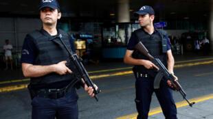 Cảnh sát canh gác tại phi trường Ataturk ở Istanbul, Thổ Nhĩ Kỳ ngày 30/06/2016.