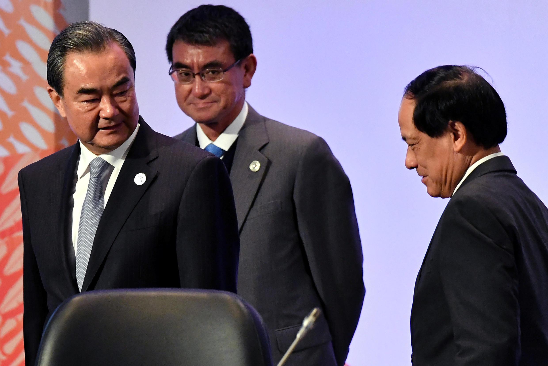 Ngoại trưởng Trung Quốc Vương Nghị (trái)  và ngoại trưởng Nhật Taro Kono (giữa) và tổng thứ ký ASEAN Lê Lương Minh tại diễn đàn ASEAN, Manila, Philippines ngày 7/8/2017.