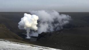 Vulcão Grimsvötn deixou de expelir cinzas e lança apenas vapor d'água e fumaça.