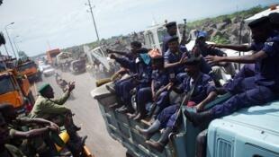 Les rebelles du M23 quittent Goma en croisant des policiers venus de Bukavu.