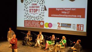 A La Maison des Métallos, le 8 septembre 2015, la société civile présente une pétition de 20 000 signatures pour une mobilisation internationale pour sortir de l'âge des énergies fossiles.