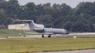 Самолет с доктором Брэнтли  приземляется на базе в США, 2 августа 2014 года
