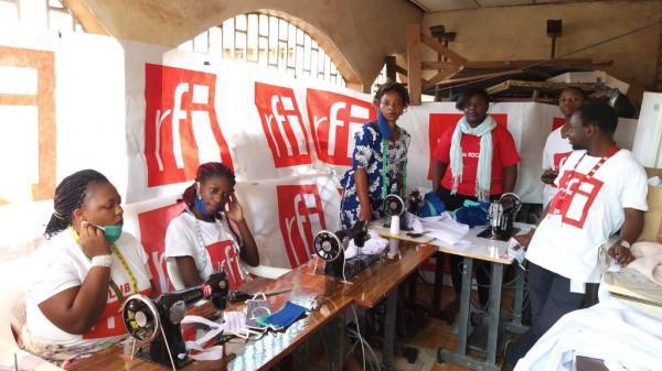 Confection de masques de protection contre le Covid-19 par le Club RFI de Bukavu, dans l'est de la RDC.