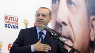 """رجب طیب اردوغان رئیس جمهوری ترکیه، در نشست شنبه ١١ آذر/ ٢ دسامبر ٢٠۱٧ حزبِ سیاسی حاکم در ترکیه """"حزب عدالت و توسعه""""، در شهر قارص."""