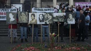 Militantes con fotos de desaparecidos en Ciudad de Guatemala, el pasado 19 de marzo de 2013.