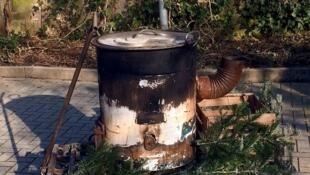 """Polícia da cidade de Eppingen, na Alemanha, recuperou o """"caldeirão"""" onde uma garota de 18 anos teve as pernas queimadas por foliões, em 3 de fevereiro de 2018."""