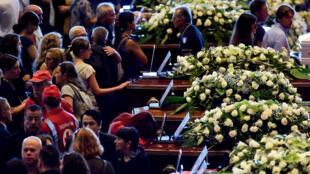 El público desfila delante de los féretros de las víctimas de la tragedia de Génova.