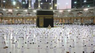 Masu Ibada a dakin Ka'aba cikin baiwa juna tazara domin dakile yaduwar annobar Korona a birnin Makkah dake Saudiya.