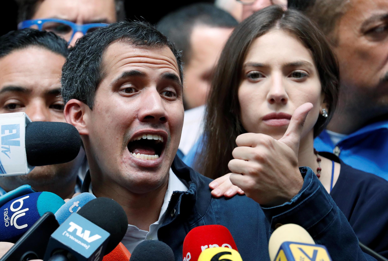 Juan Guaido, le leader de l'opposition et président auto proclamé du Venezuela, accompagné de sa femme Fabiana Rosales, s'adresse à la presse à Caracas, au Venezuela, le 27 janvier 2019.