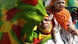 Une femme kurde et son enfant célèbrent la fête de Norouz, le 21 mars à Diyarbakir, en Turquie.