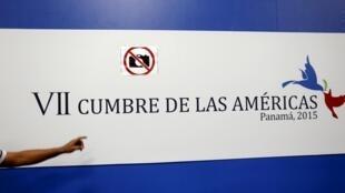 Affiche annonçant le sommet des Amériques à Panama en avril 2015.