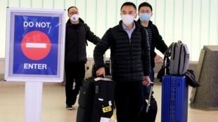 疫情中乘客抵达美国洛杉矶国际机场资料图片