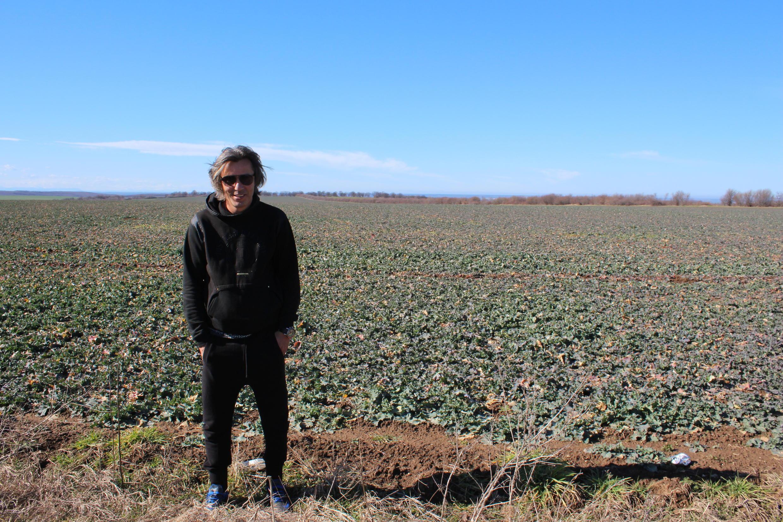 Georgi Milev a fait fortune dans la culture des céréales. Ici devant l'un de ses champs, dans les environs de Pleven.