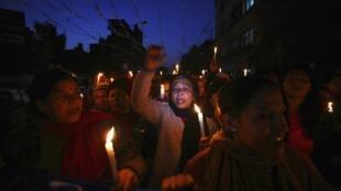 Nepalesas fizeram um protesto e pediram justiça no caso do estupro coletivo de jovem indiana.