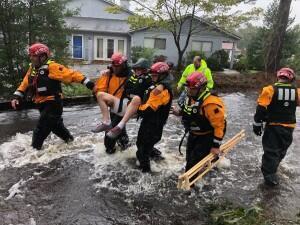 Equipes de socorristas ajudam a resgatar um morador de River Bend, na Carolina do Norte, após a passagem de Florence.