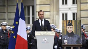 Etienne Cardiles, marido do policial assassinado aos 37 anos na avenida Champs Elysées, durante a homenagem nacional realizada nesta terça-feira (25), em Paris.
