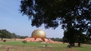 印度的乌托邦城Auroville的精神与行政中心金球Matrimandir,摄于地球村建立五十周年。