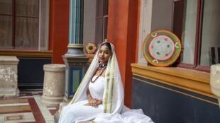Mayada Adil prend la pose, dans ses vêtements, pour présenter ses créations.